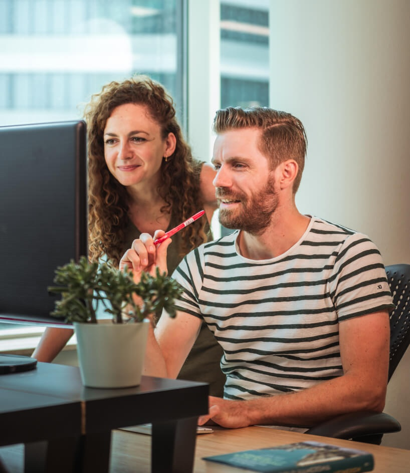 Bart en Salina in overleg achter computer